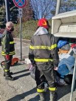 ALPIGNANO - Gattino rimane incastrato nel raccoglitore dei vestiti usati: salvato dai pompieri - immagine 3