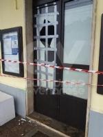 COLLEGNO - Vandali alla stazione ferroviaria: rotti i vetri delle sale dattesa - immagine 3