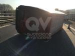 RIVOLI - Furgone si ribalta allimprovviso in autostrada: ferito il conducente - immagine 3