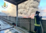 INCENDIO A SETTIMO - A fuoco una ditta, colonna di fumo visibile anche dalla tangenziale FOTO - immagine 14