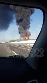 INCENDIO A SETTIMO - A fuoco una ditta, colonna di fumo visibile anche dalla tangenziale FOTO - immagine 3