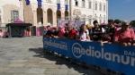 GIRO DITALIA A VENARIA - Grande folla per la carovana del Giro - FOTO - immagine 3