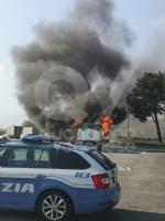 TORINO-BORGARO - Tir prende improvvisamente fuoco in tangenziale - immagine 3