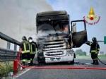 COLLEGNO - Tir prende fuoco mentre percorre la tangenziale - immagine 11