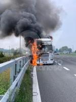COLLEGNO - Tir prende fuoco mentre percorre la tangenziale - immagine 3