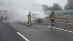 RIVOLI - Auto a gpl a fuoco mentre è in marcia in tangenziale: conducente salvo per miracolo - immagine 3