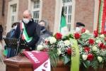 COLLEGNO - I funerali di Ottorino Cirella: rose rosse e un drappo granata sulla bara - FOTO - immagine 3