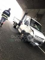 COLLEGNO - Scontro fra tre mezzi in tangenziale: una donna rimane ferita - immagine 3