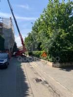 RIVOLI - La gru è in mezzo a via Frejus: forti disagi per la raccolta dei rifiuti - immagine 3
