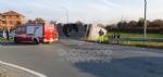 MATHI - Paura in via Torino: tir si ribalta alluscita dalla rotatoria. Autista illeso - immagine 4