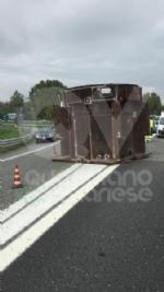 RIVOLI - Tir perde una turbina del peso di 250 quintali lungo la tangenziale: traffico in tilt - immagine 4
