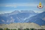 VAL DELLA TORRE - Incendio boschivo: la situazione è in miglioramento. In azione lelicottero - immagine 4
