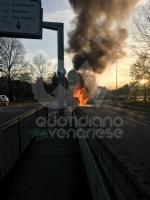 VENARIA - Auto va a fuoco in corso Papa Giovanni XXIII: illeso il conducente - immagine 4