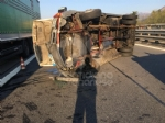 RIVOLI - Furgone si ribalta allimprovviso in autostrada: ferito il conducente - immagine 4