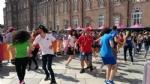 GIRO DITALIA A VENARIA - Grande folla per la carovana del Giro - FOTO - immagine 4