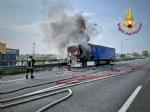 COLLEGNO - Tir prende fuoco mentre percorre la tangenziale - immagine 12