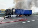 COLLEGNO - Tir prende fuoco mentre percorre la tangenziale - immagine 8