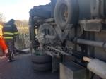 INCIDENTE SULLA TORINO-CASELLE - Camion si ribalta: tre feriti, caos e code sul raccordo - FOTO - immagine 4