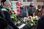 COLLEGNO - I funerali di Ottorino Cirella: rose rosse e un drappo granata sulla bara - FOTO - immagine 4