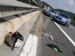 RIVOLI - Perde il controllo dello scooter e finisce contro il guard-rail e poi a terra: ferito - immagine 4