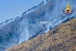 VAL DELLA TORRE - Incendio boschivo: la situazione è in miglioramento. In azione lelicottero - immagine 5