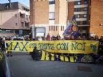RIVOLI - Laddio a Massimiliano Pirrazzo: una folla commossa in chiesa per lultimo saluto - FOTO - immagine 13