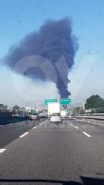 INCENDIO A SETTIMO - A fuoco una ditta, colonna di fumo visibile anche dalla tangenziale FOTO - immagine 5