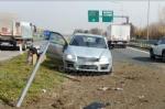 VENARIA - Cerca di evitare il camion e finisce contro la banchina: autista miracolosamente illeso - immagine 5