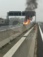 RIVOLI - Auto a gpl a fuoco mentre è in marcia in tangenziale: conducente salvo per miracolo - immagine 5