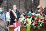 COLLEGNO - I funerali di Ottorino Cirella: rose rosse e un drappo granata sulla bara - FOTO - immagine 5