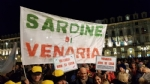 VENARIA - Tante «sardine» venariesi alla manifestazione di questa sera in piazza Castello - immagine 6