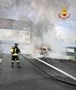 BORGARO - Paura sul raccordo Torino-Caselle: Mini Cooper prende fuoco allimprovviso - immagine 6