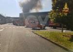 INCENDIO A SETTIMO - A fuoco una ditta, colonna di fumo visibile anche dalla tangenziale FOTO - immagine 17