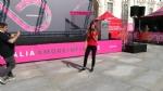 GIRO DITALIA A VENARIA - Grande folla per la carovana del Giro - FOTO - immagine 6