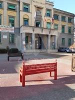 VENARIA - Sei panchine rosse per dire «NO» alla violenza sulle donne: dipinte dalla Factory - immagine 6