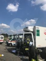 DELIRIO IN TANGENZIALE - Scontro fra due autocarri: un uomo incastrato, traffico bloccato - immagine 6