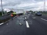 RIVOLI-COLLEGNO - Doppio incidente in tangenziale: auto contro guardrail e tir su una scarpata - immagine 7