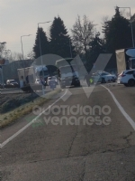 VENARIA - Scontro taxi-camion lungo la provinciale: un ferito FOTO - immagine 7