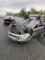 CAOS IN TANGENZIALE - Raffica di incidenti: due auto ribaltate e tre feriti - immagine 13