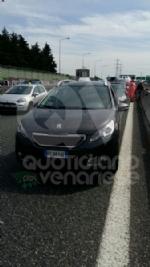 RIVOLI - Doppio incidente in tangenziale: sei auto coinvolte e cinque persone rimaste ferite - immagine 7