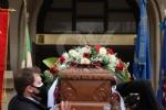 COLLEGNO - I funerali di Ottorino Cirella: rose rosse e un drappo granata sulla bara - FOTO - immagine 7