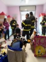 RIVOLI - I vigili del fuoco di Grugliasco, Rivoli e Rivalta in visita ai bambini ricoverati in ospedale - immagine 7