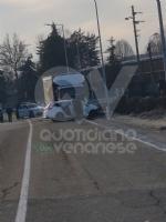 VENARIA - Scontro taxi-camion lungo la provinciale: un ferito FOTO - immagine 8
