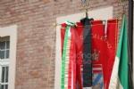 COLLEGNO - I funerali di Ottorino Cirella: rose rosse e un drappo granata sulla bara - FOTO - immagine 8