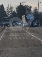 VENARIA - Scontro taxi-camion lungo la provinciale: un ferito FOTO - immagine 9