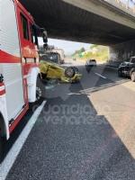 COLLEGNO - Incidente in tangenziale: tre veicoli coinvolti, unauto ribaltata e quattro feriti - immagine 9