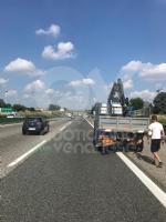 DELIRIO IN TANGENZIALE - Scontro fra due autocarri: un uomo incastrato, traffico bloccato - immagine 9