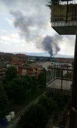 TORINO-BORGARO - Grave incendio in strada Villaretto: colonna di fumo nero altissima - FOTO - immagine 1