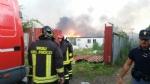 TORINO-BORGARO - Grave incendio in strada Villaretto: colonna di fumo nero altissima - FOTO - immagine 6