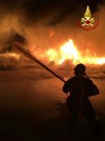 PIANEZZA - Ancora in corso le operazioni alla «Omnia Recuperi»: 16 squadre, 35 vigili del fuoco - immagine 1